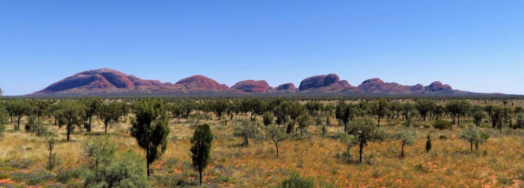 Massif de dômes d'arkoses en inselbergs situés dans le parc national d'Uluṟu-Kata Tjuṯa, 365 km au sud-ouest d'Alice Springs
