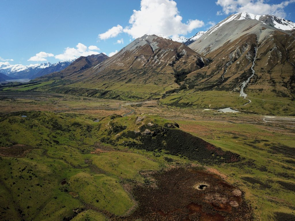 C'est sur cette colline que fut installé Edoras la capitale du Rohan, royaume de la Terre du Milieu dans le Seigneurs des anneaux.