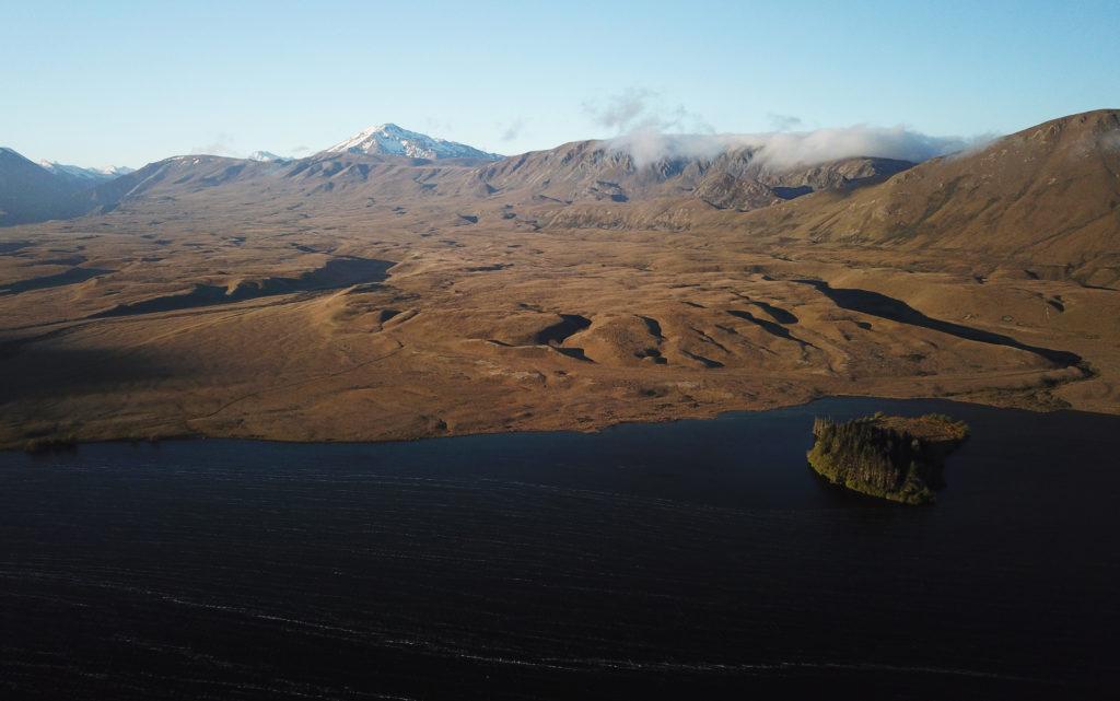 Le lac Clearwater se trouve dans la région de Canterbury en Nouvelle-Zélande et est soumis aux vents forts du nord-ouest.
